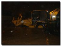 Tractor y un auto tapados por el agua en la última tormenta