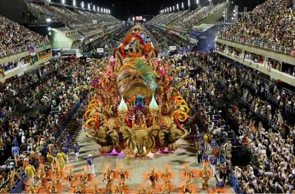 BRASIL: Millones bailan en Carnaval y participan del «besazo»
