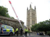 Varios heridos al estrellarse un automóvil contra el Parlamento en Londres