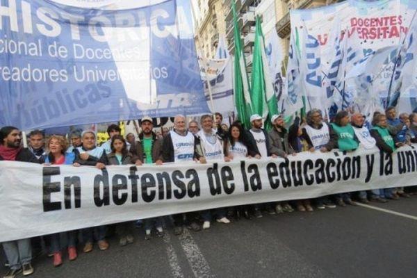 Docentes bonaerenses piden aumentos y emergencia alimentaria