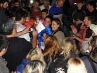López y el pueblo abrazaron a la flamante campeona mundial de boxeo, Jorgelina Guanini