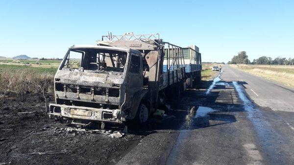 ACCIDENTE: Se incendió un camión en plena ruta 55