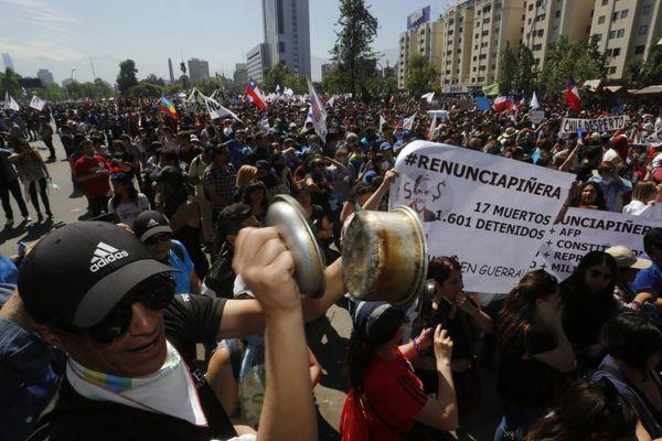 Multitudinaria marcha en Santiago para pedir la renuncia de Piñera
