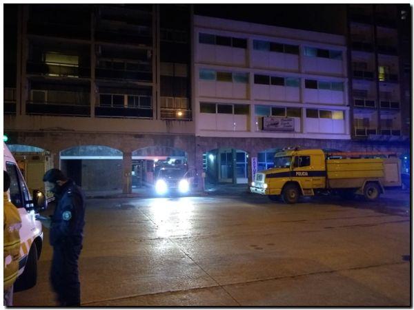 NECOCHEA: Sofocaron un incendio en un edificio y rescataron a una mujer